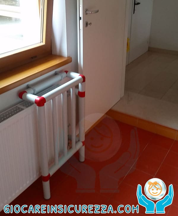 Copertura di protezione rigida su radiatore per scuola elementare