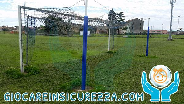 Rivestimento di protezione pali per porta di calcio in un campo sportivo