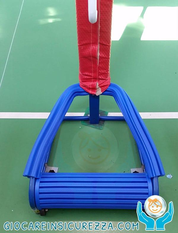 Particolare della protezione applicata sul basamento di un canestro basket
