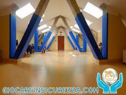 Travi protette con protezione in gomma antiurto e antitrauma in una palestra di un centro di riabilitazione