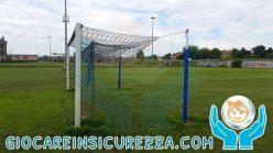 Porta di calcio con protezione gomma su pali di sostegno